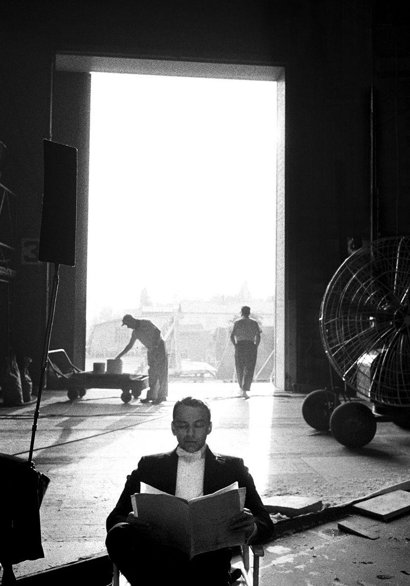 Sinatra, Script
